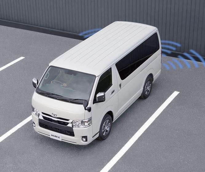 В салоне Toyota Hiace появилось цифровое зеркало заднего вида, на которое выводится изображение с задней камеры. Благодаря этому проще разглядеть небольшие препятствия, на которые можно натолкнуться при движении задним ходом на Toyota Hiace.