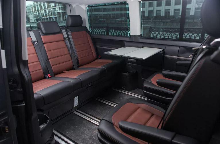 Мультивэн. В таком автомобиле могут свободно поместиться 9 пассажиров, к тому же салон такого автомобиля легко трансформируется для перевозки грузов. Пример: Volkswagen Multivan;