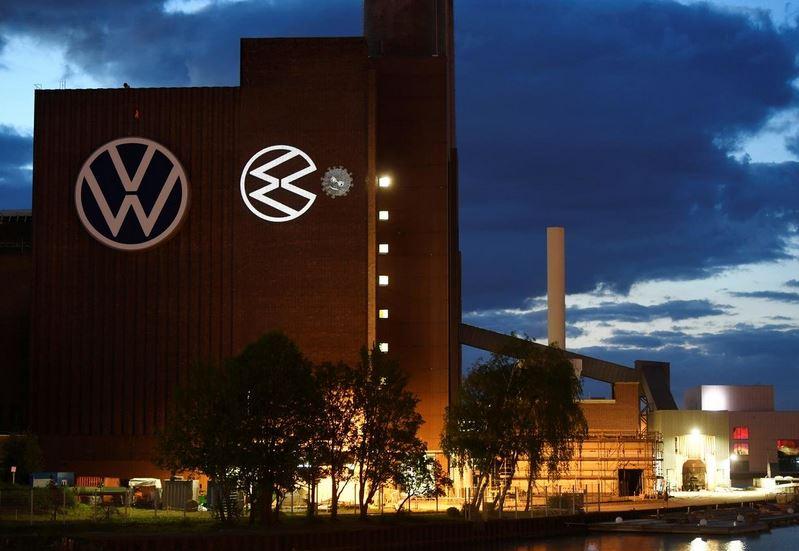 Европе отрывают автозаводы.Fiat Chrysler хочет возобновить производство в Италии, которая сильнее других пострадала от вируса. Во Франции начнет работать завод Toyota в Валансьене и Renault — в Клеоне (там выпускают моторы). На этой же неделе будет запущена фабрика Volvo Cars в Швеции.