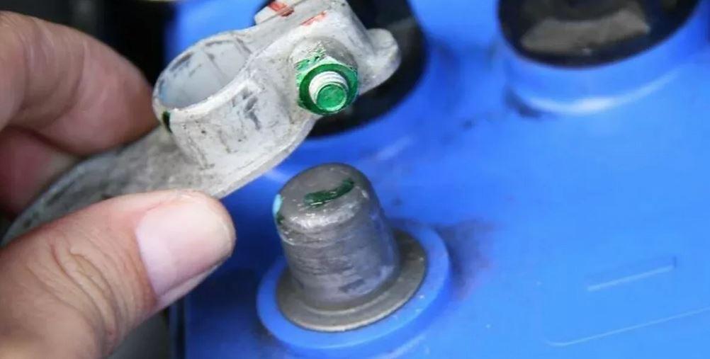 проверить идет ли зарядка АКБ - при запущенном двигателе снять минусовую клемму с АКБ. Если зарядка с генератора не поступает, то Ваш автомобиль моментально заглохнет.