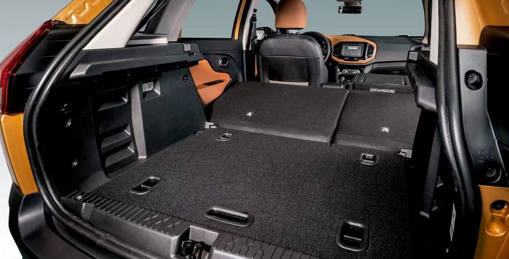 Объем багажника составляет 361 литр (хотя даже у его внутрерыночного конкурента LADA Vesta 480л), а со сложенными задними сидениями вы получите 1207 литров. Ширина проема 990 мм, длинна - 800 мм.