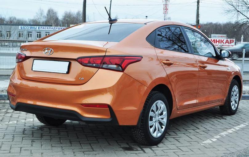 Сзади у Hyundai Solaris установлена полузависимая подвеска представленная в виде торсионной балки. На всех автомобилях установлен электрический усилитель руля