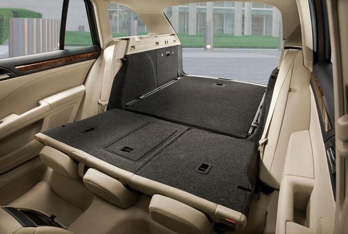 """Универса́л (от лат. universalis — «общий») — тип закрытого кузова грузопассажирского легкового автомобиля. Отличительной особенностью универсал от всех других (легковых) кузовов является увеличенное багажное пространство и задняя дверь, нередко ее называют """"хлопушка""""."""