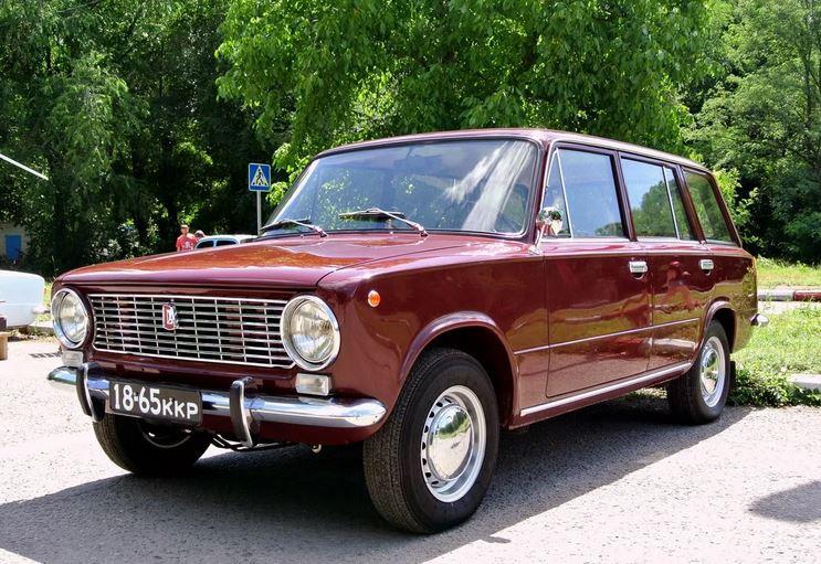 Советская двойка  ВАЗ-2102. Следом за этими автомобилями появились Москвич 426, 427,   ВАЗ-2102, ИЖ-Комби-2125, ГАЗ-24, Москвич-2137, ВАЗ-2104. В СССР так сложилось, что предпочтение народ отдавал кузову седан и среднестатистическим советским гражданам если и доставался автомобиль, то это был именно седан.