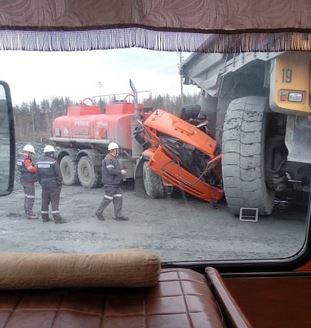 Белаз раздавил Камаз, авария в свердловской области.КАМАЗом-заправщиком. Авария с белазом, авария с камазом