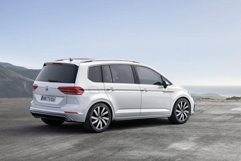 Нынешнее (второе) поколение VW Touran выпускается с 2015 года, оно базируется на платформе уже снятого с производства Golf VII. И хотя сегмент традиционных минивэнов теряет популярность, уступая позиции более практичным кроссоверам, ,