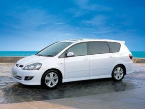 Toyota Ipsum – комфортный минивэн для семьи.