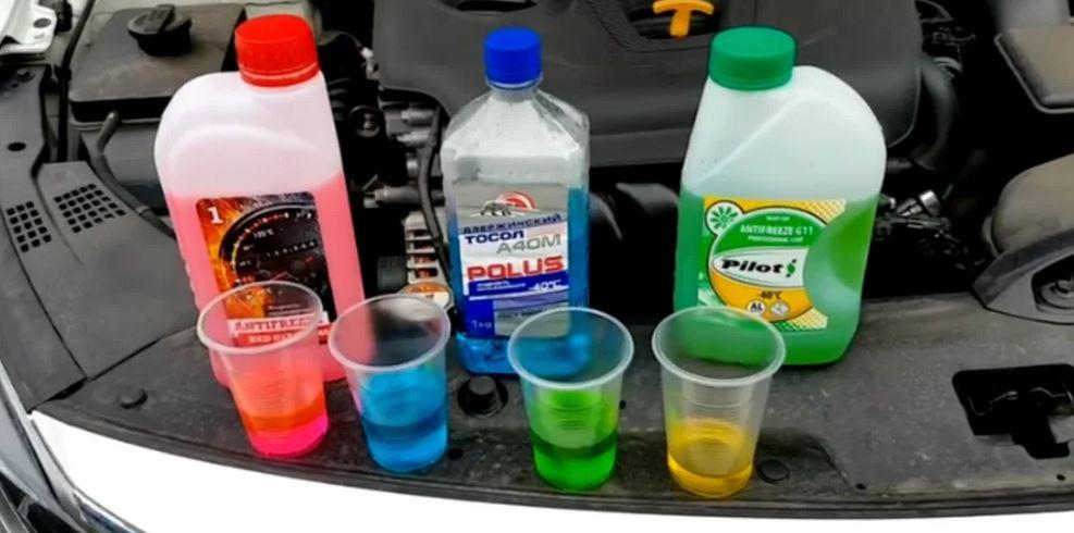 Смешивать антифриз жидкости разных цветов и производителей крайне не рекомендуется, хотя на упаковке изготовителе часто написана информация о допуске смешивания его с другими антифризами.