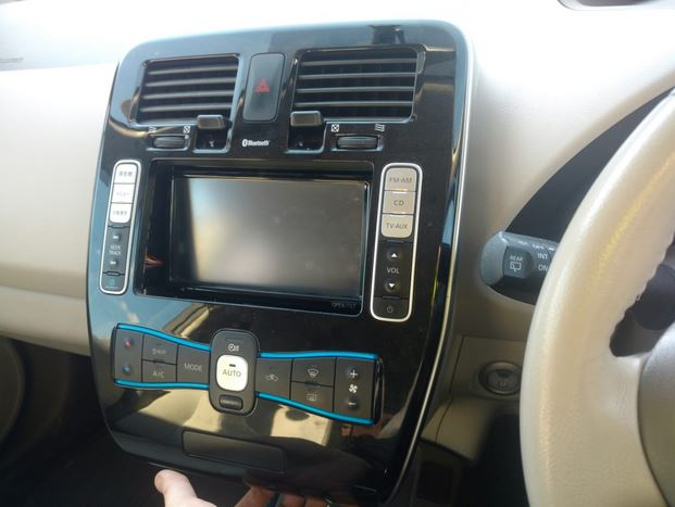 Настройка часов  Nissan Leaf.мы приступили к разборке панели климат-контроля.