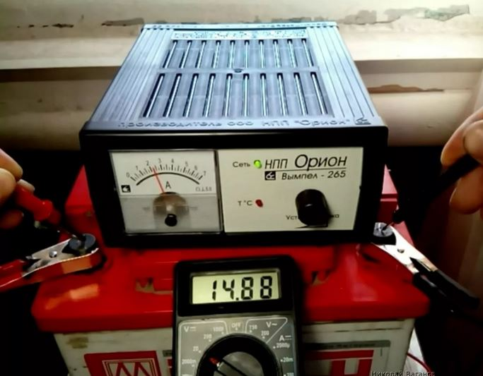 Зарядка аккумуляторной батарию с помощью зарядного устройства. Как правлино заряжать акккумулятор. напряжение аккумулятора