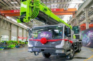 Первый в мире электрический автокран сделали в Китае