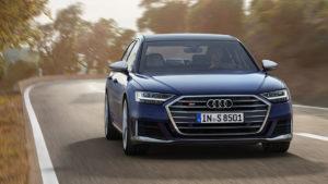 Новая Audi S8 сразилась с Bentley Flying Spur на прямой