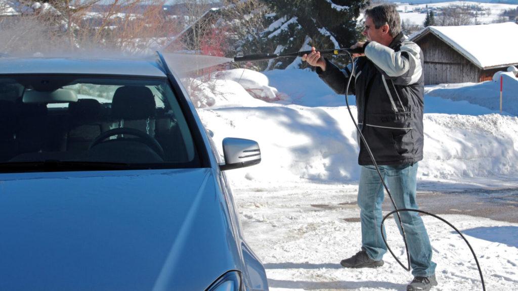 Моем машину зимой
